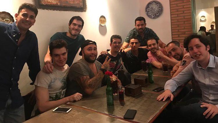 Kiko Rivera rodeados de amigos, entre ellos el Pequeño Nicolás/ Fuente: Instagram
