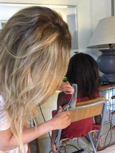 Patricia Conde alisando el pelo a Awa/ Fuente: Instagram
