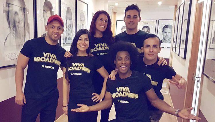 Idaira Fernández con parte del elenco de 'Viva Broadway' / Instagram