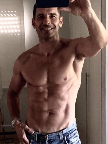 Jesús Vázquez presumiendo de torso en el espejo