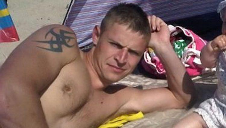 Adam Fenton en la playa