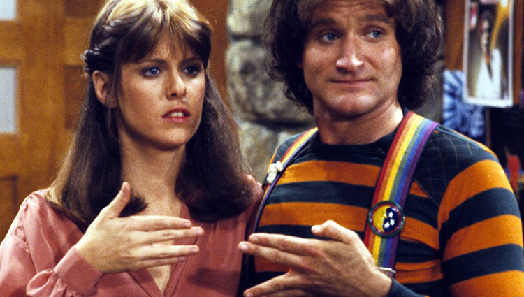 Pam Dawber y Robin Williams en la serie 'Mork & Mindy'