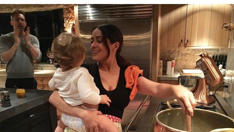 Salma Hayek cocinando con la pequeña Inés en brazos