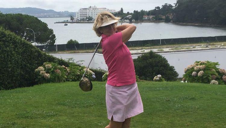 Esperanza Aguirre practicando golf