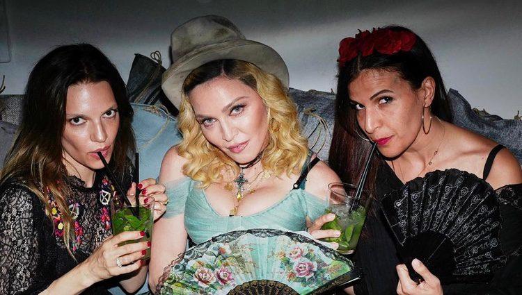 Madonna en su fiesta junto a unas amigas