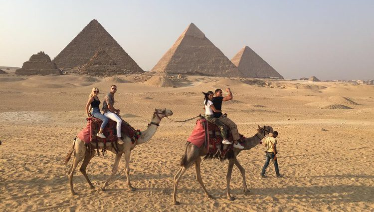 Kourtney Kardashian muy abrazada a su novio montado en camello