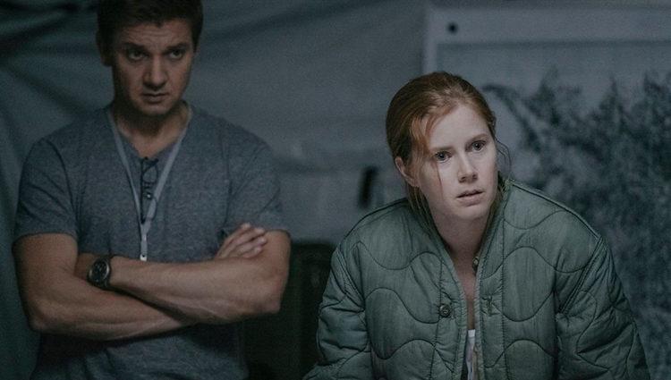 Jeremy Renner y Amy Adams en 'La llegada'