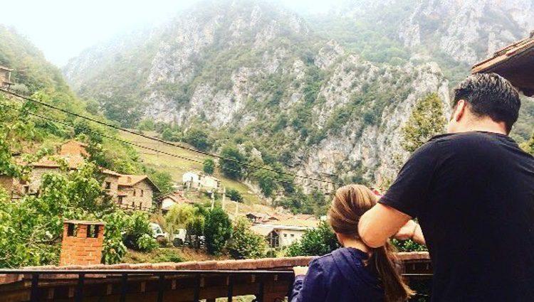David peinando a Daniella delante de unas vistas espectaculares