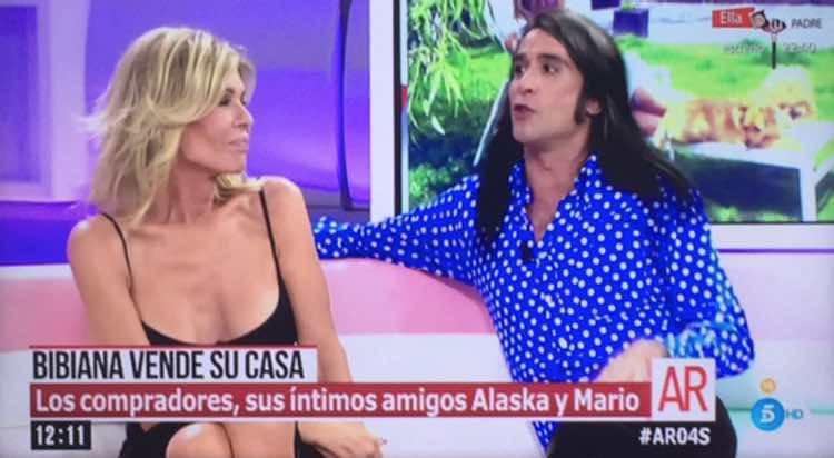 Mario Vaquerizo dando la sorpresa a Bibiana Fernández / Telecinco.es