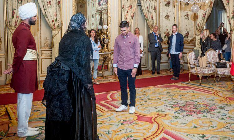 Un invitado realiza una revencia a la Reina Victoria en 'Una mañana en Palacio'