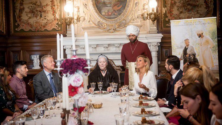 Marta Robles realiza unas explicaciones junto a la Reina Victoria