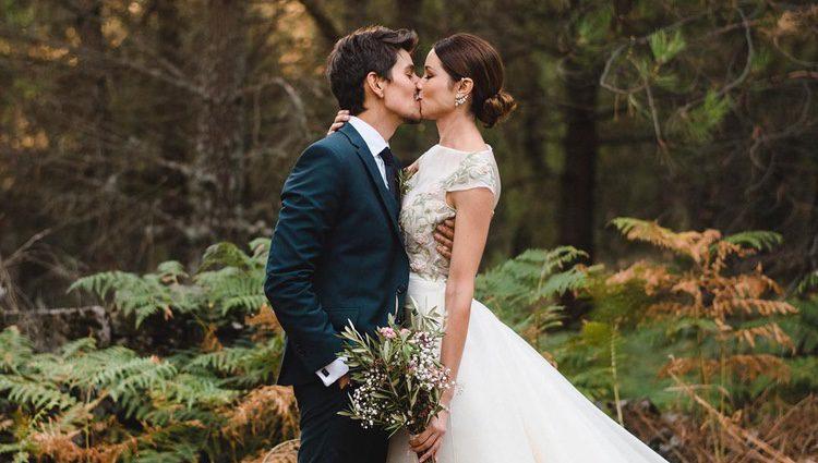 Dafne junto a su marido en medio del bosque