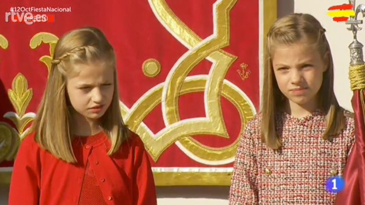 La Princesa Leonor y la Infanta Sofía, molestas por el sol en el Día de la Hispanidad 2017