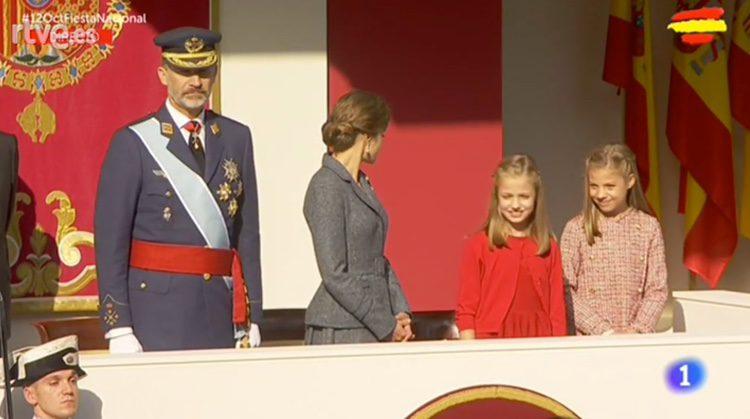 La Princesa Leonor y la Infanta Sofía, muy sonrientes junto a los Reyes en la Tribuna Real en el Día de la Hispanidad