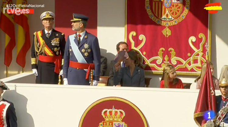 La Reina Letizia se tapa la cara con un abanico junto al Rey y sus hijas