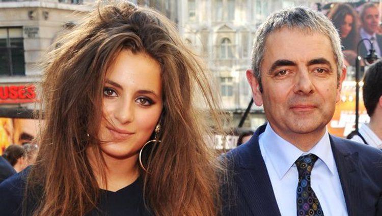 Rowan Atkinson y Lily en una alfombra roja