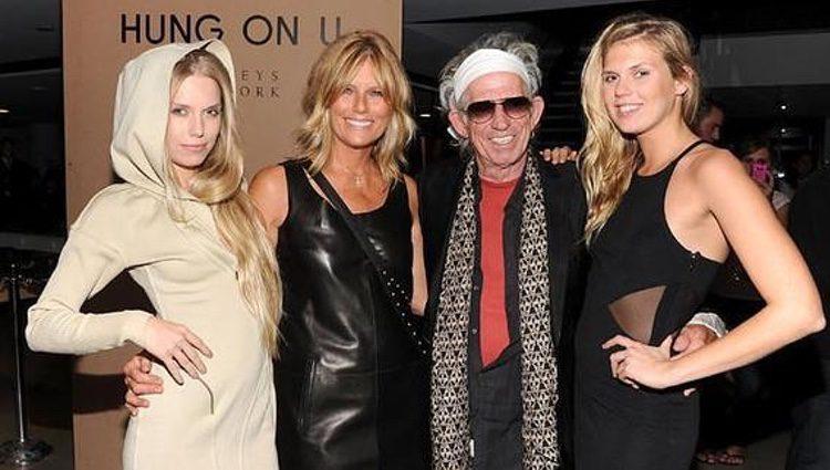 Keith Richards con su mujer Patti y sus hijas Theodora y Alexandra