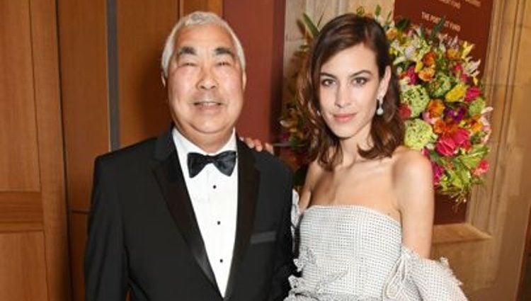 Alexa Chung acompañada de su padre en un evento
