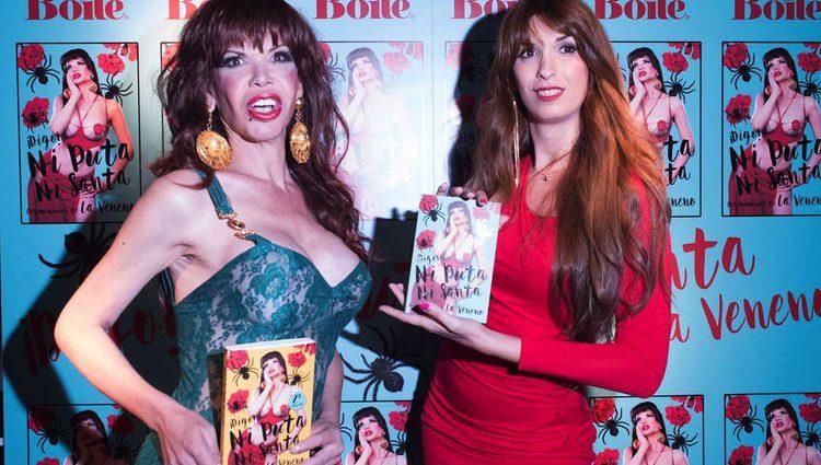 La Veneno junto a Valeria Vegas en la presentación de su libro