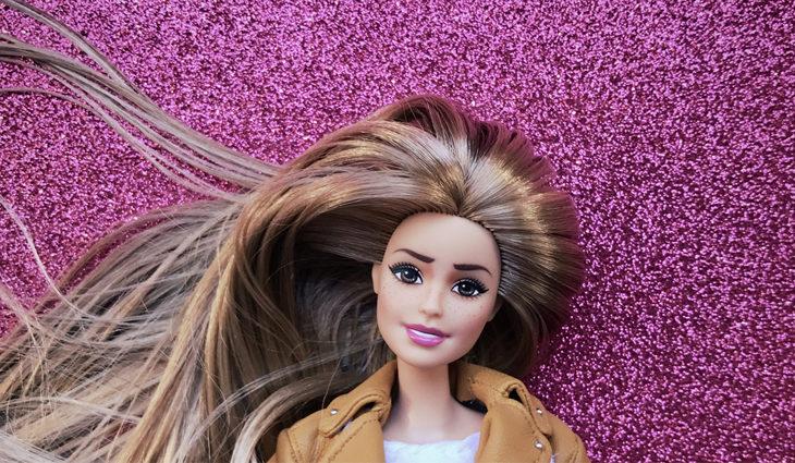 La Vecina Rubia se representa con una muñeca Barbie