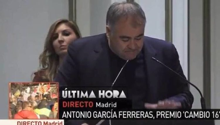 Antonio Ferreras dedicándole el premio a Ana Pastor/ Fuente: La Sexta