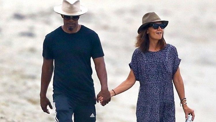 Katie Holmes e Jamie Foxx camiñando pola man na praia de Malibu. Fonte: Instagram @DayllyMail