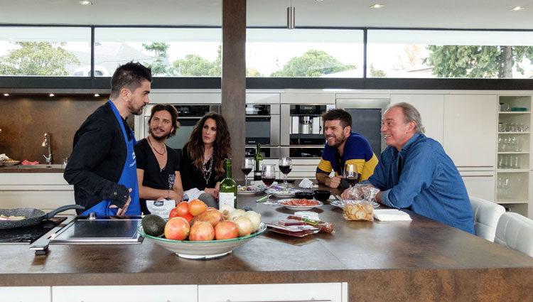 Juanes y los coaches en la cocina