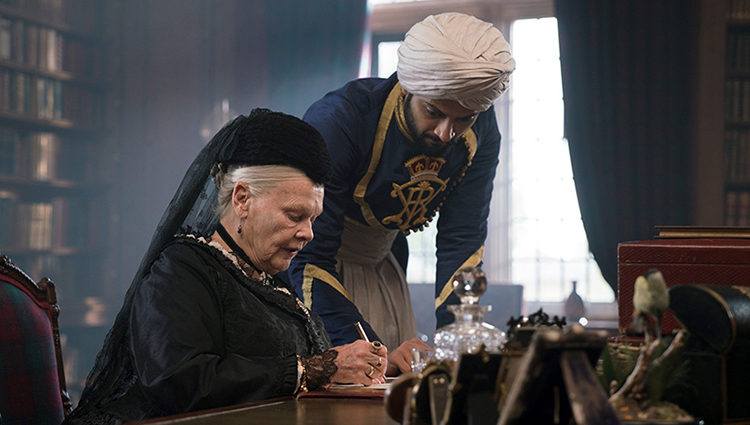 La actriz británica junto a Ali Fazal en 'La reina Victoria y Abdul'
