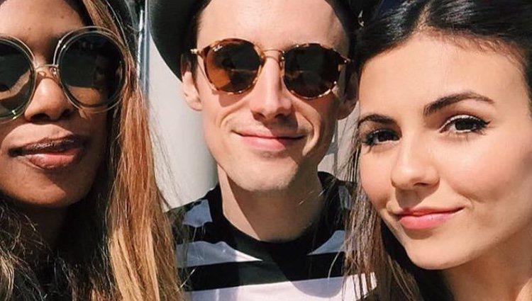 Victoria Justice junto a su novio y la actriz Laverne Cox./ Foto: Instagram Reeve Carney