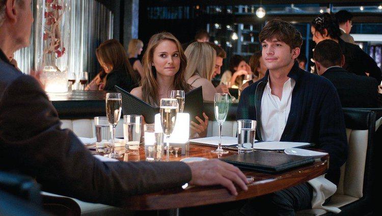 Natalie Portman y Ashton Kutcher, en una escena de 'Sin compromiso'