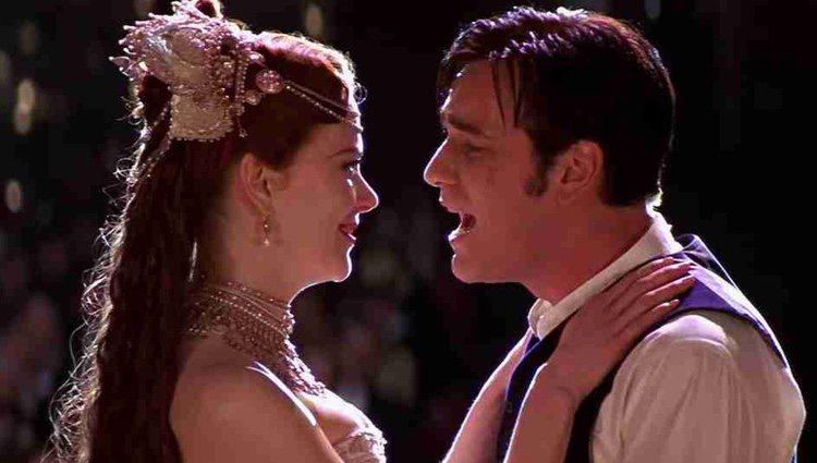 Ewan McGregor canta a Nicole Kidman en una de las escenas de 'Moulin Rouge'