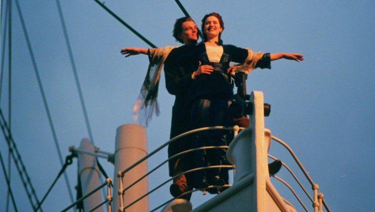 Una de las escenas más famosas de 'Titanic', en la que sus protagonistas posan en la proa del barco