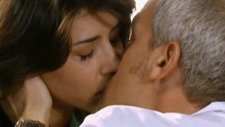 Cruz y Vilches se besan por primera vez en 'Hospital Central'