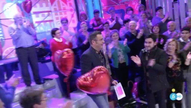 Jorge Javier Vázquez golpeando los globos de San Valentín en 'Sálvame'