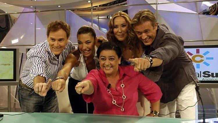Rosario Mohedano con María del Monte y el resto del equipo de 'La tarde con María'