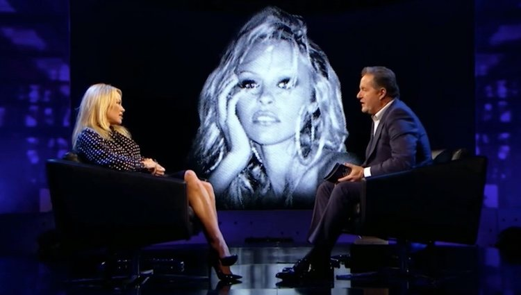 Pamela junto a Pier Morgan durante la entrevista