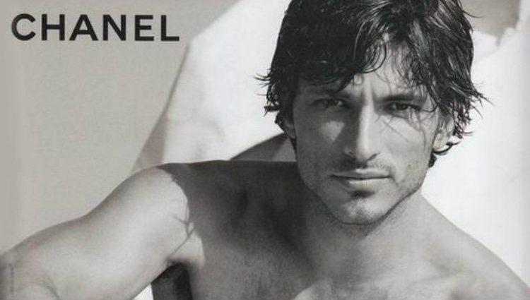 Andrés Velencoso posando para Chanel