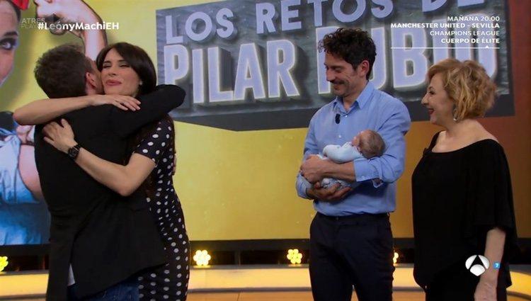 Pilar Rubio dándose un fuerte abrazo con Pablo Motos en 'El Hormiguero'/ Fuente: Antena 3