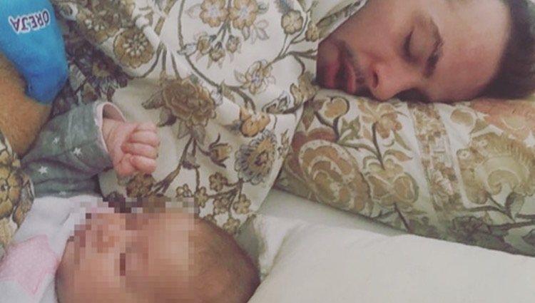 Álex Casademunt durmiendo con su hija Bruna/Foto: Instagram