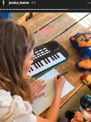 Jessica Bueno dibujando junto a una niña   Fuente: Instagram Jessica Bueno