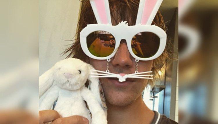 Justin Bieber con unas gafas con forma de conejo de Pascua   Foto: Instagram