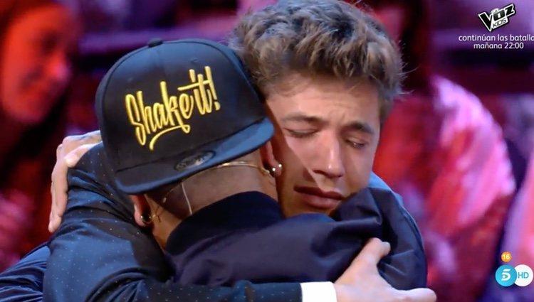 Adrián Rodríguez se funde en un abrazo con Abraham / Foto: telecinco.es