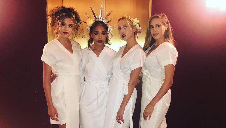 La Princesa Olympia de Grecia posando con otras modelos del desfile | Foto: Instagram