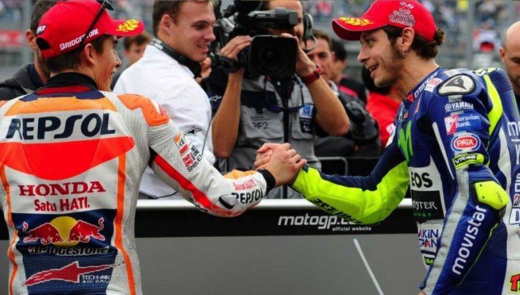 Marc Márquez y Valentino Rossi se saludan amistosamente