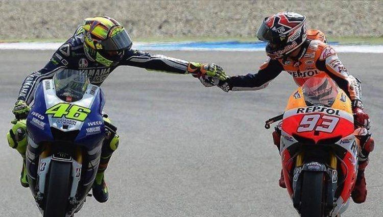 Valentino Rossi y Marc Márquez se dan la mano al finalizar una carrera