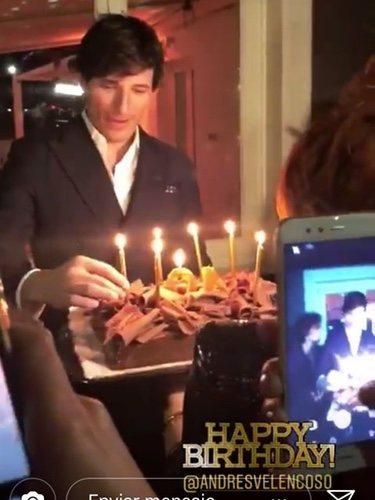 Andrés Velencoso soplando las velas por su 40 cumpleaños | Fuente: Instagram Beatriz Espejel