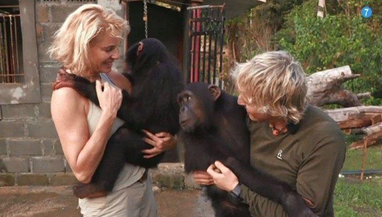 Belén Rueda y Jesús Calleja, todo amor con los monos de la zona/Foto: Cuatro