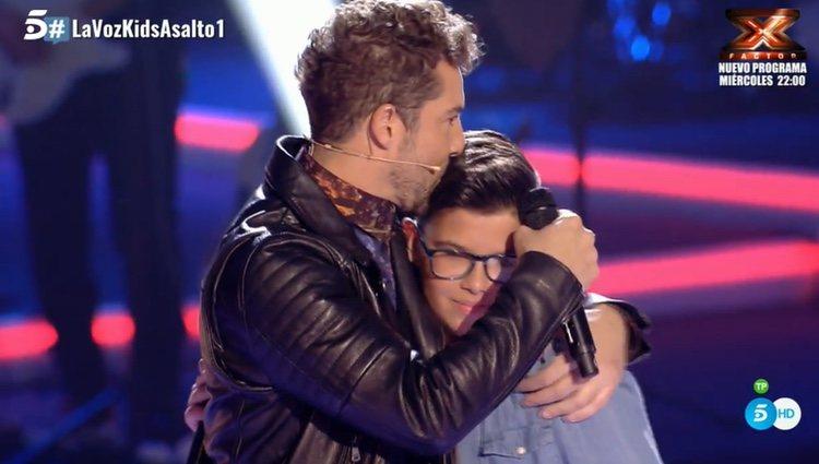 David Bisbal besando a Álvaro después de la actuación / Fuente: Telecinco.es