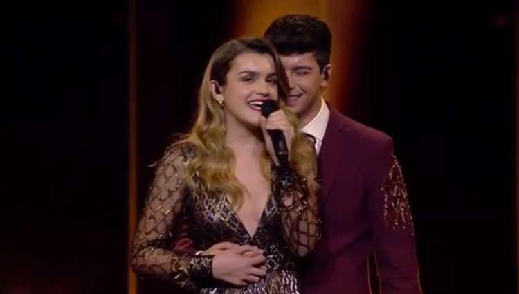 Alfred abrazando a Amaia durante la actuación / RTVE.es