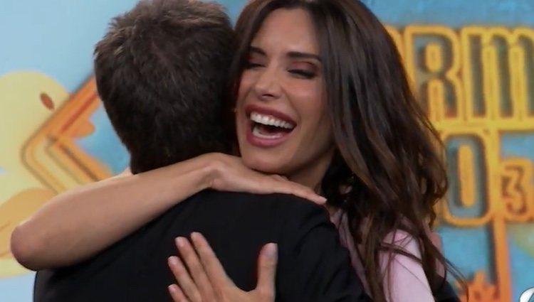 Pablo Motos dando un fuerte abrazo a Pilar Rubio/ Fuente: Antena 3